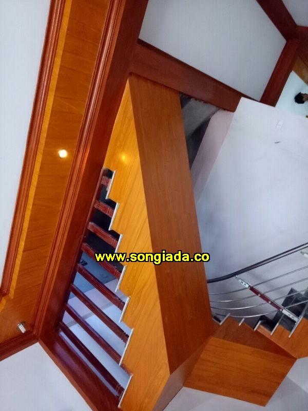 Sơn giả gỗ trượt cầu thang